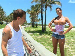 Phoenix Marie mostrando os peitos na praia de Miami
