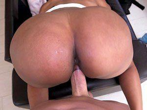Negra Jayla Foxx do bundão enorme fodendo de 4