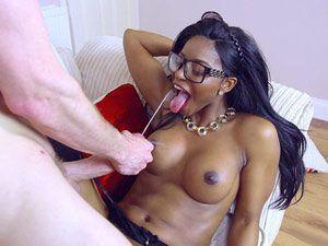 Negra gostosa ganhando leitinho na boca