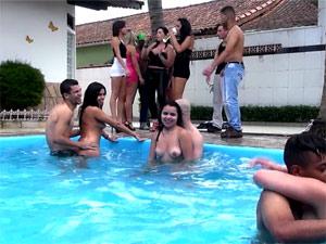 Putaria na piscina com novinhas chapadas
