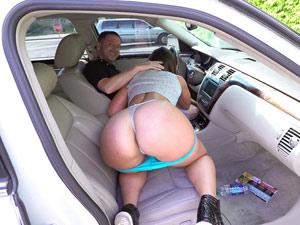 Gostosa safada mamando dentro do carro