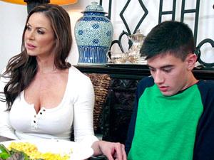 Mãe abusando do namorado da filha