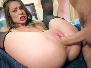 Buceta fechadinha e rosinha em cena de sexo