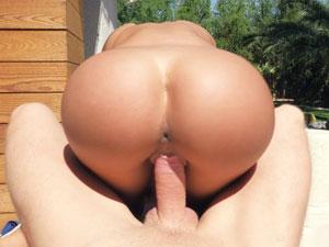 Mulher gostosa transando no quintal da mansão