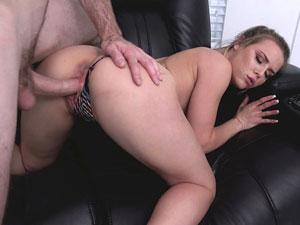 Ninfeta de 19 anos Aubrey Sinclair dando no sofá