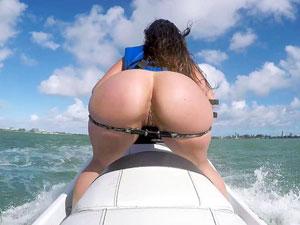 Kelsi Monroe nua andando de jet ski