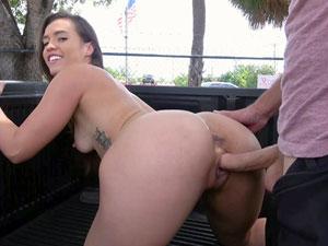Kelsi Monroe metendo na traseira do carro