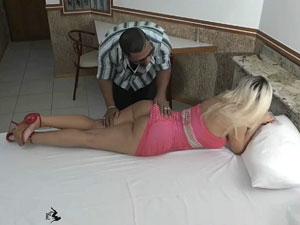 Loira bunduda Mirella Mansur foi no motel
