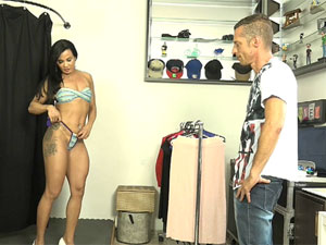 Morena Bianca Naldy provocando vendedor de roupas