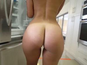 Kelsi Monroe mostrando rabão e dando cu