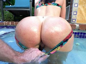 Brooke Beretta empinando rabão de 4 na piscina