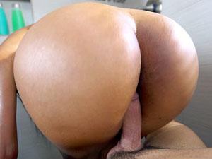 Morena latina quicando na pica no banheiro