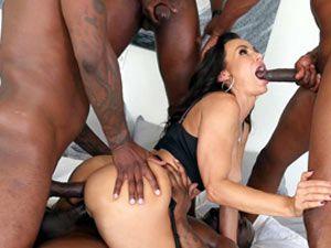 Lisa Ann em gang bang com 5 negros dotados