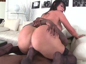 Nikki Benz nua dando para negão