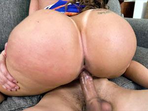 Richelle Ryan nua dando no porno