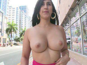 Valerie Kay novinha mostrando os peitos na rua de Miami
